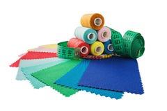 Le fil de couture, le tissu, aiguilles pour coudre sur un blanc a isolé le fond Placez pour des passe-temps et fait main Images stock
