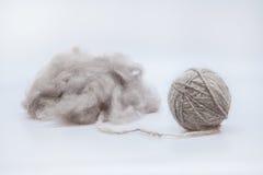 Le fil de laine crue a lové dans une boule Images stock