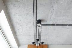 Le fil noir et la tache menée s'allume sur le plafond concret pour le bâtiment de nouvelle construction Style moderne de grenier Image stock