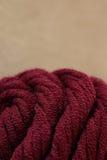 Le fil pour coudre vêtx à la main photographie stock libre de droits