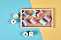 Le fil roule, groupe de fil coloré sur le bureau de couture Photographie stock libre de droits