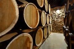Le file dei barilotti alcolici sono tenute in azione distilleria Cognac, whiskey, vino, brandy Alcool in barilotti, alcool immagini stock libere da diritti