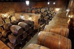 Le file dei barilotti alcolici sono tenute in azione distilleria Cognac, whiskey, vino, brandy Alcool in barilotti, alcool fotografia stock