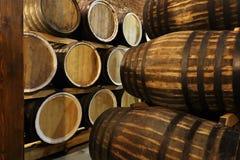 Le file dei barilotti alcolici sono tenute in azione distilleria Cognac, whiskey, vino, brandy Alcool in barilotti, alcool immagine stock