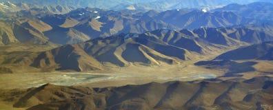 Le file delle catene sono gamme di alta montagna, separate dalle ampie valli, una vista di occhio dell'uccello da un'altezza Fotografia Stock
