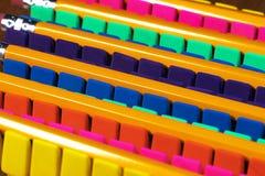 Le file delle gomme di matita brillantemente colorate hanno allineato in un ordine di disturbo ossessivo compulsivo Immagini Stock Libere da Diritti