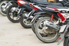 Le file delle motociclette hanno parcheggiato fuori di un edificio pubblico in Nha Trang Immagini Stock