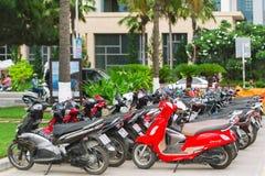 Le file delle motociclette hanno parcheggiato fuori di un edificio pubblico in Nha Trang Fotografia Stock Libera da Diritti
