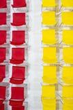 Le file delle sedie luminose di colore hanno sistemato nella sala riunioni pronta al si fotografia stock libera da diritti