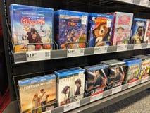 Le file di Blu-Ray su esposizione nel migliore dei casi comprano immagini stock