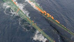 Le filet de pêche monte de la mer