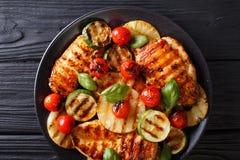 Le filet de poulet a grillé avec l'ananas, la courgette et les tomates dedans photos libres de droits