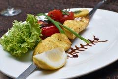 Le filet de sandre a rôti sur la brochette avec les légumes grillés Photos libres de droits