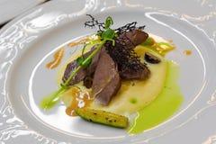 Le filet de venaison avec la purée a servi dans un restaurant photos stock
