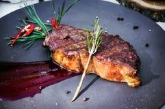Le filet grillé du boeuf a complété avec de la sauce rouge à tomate du plat photos libres de droits