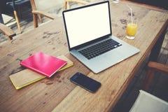 Le filet-livre ouvert se trouve sur une table en bois est café près de téléphone portable, de jus et de blocs-notes Photo stock
