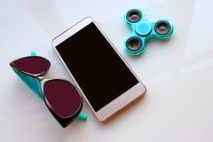 Le fileur, lunettes de soleil pour le téléphone, passent les vacances d'été Photo libre de droits