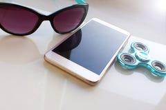 Le fileur, lunettes de soleil pour le téléphone, passent les vacances d'été Image libre de droits