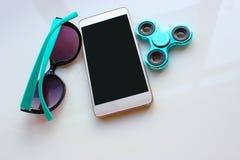 Le fileur, lunettes de soleil pour le téléphone, passent les vacances d'été Photographie stock libre de droits