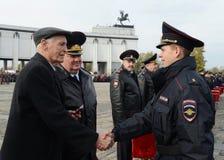Le film célèbre et l'acteur soviétiques et russes Vasily Lanovoy de théâtre instruit le cadet de police pendant le serment photographie stock