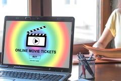 Le film en ligne étiquette le concept de achat sur un écran d'ordinateur portable images libres de droits
