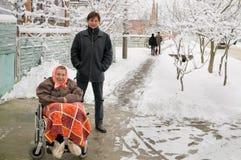 Le fils et la grand-mère sur la promenade. Photo stock