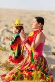 Le fils et la mère se sont habillés dans la prière mexicaine de vêtements Photos stock