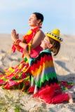 Le fils et la mère se sont habillés dans la prière mexicaine de vêtements Photographie stock
