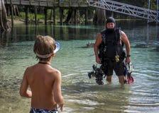 Le fils observe le grand-papa - sources de Morrison Photo stock