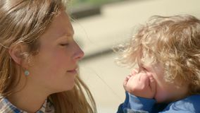 Le fils se livrent dedans avec sa mère et la tiennent par la bouche banque de vidéos