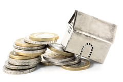 Le financement de bien immobilier s'effondre, des chutes de modèle de maison de retourner p Images libres de droits