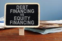 Le financement de la dette contre le concept de financement sur fonds propres images libres de droits