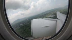 le finestre commerciali in volo dell'aeroplano di lasso di tempo 4K osservano il decollo all'aeroporto di Phuket stock footage