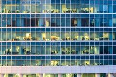 Le finestre dell'edificio per uffici Immagini Stock Libere da Diritti