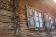 Le finestre della casa di legno bielorussa tradizionale fotografie stock libere da diritti