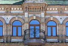 Le finestre di legno di vecchia costruzione dell'architettura riflettono il chiaro cielo blu fotografia stock libera da diritti