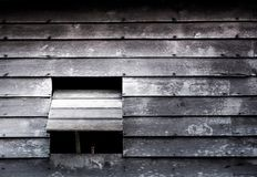 Le finestre di vecchia casa di legno fotografia stock libera da diritti