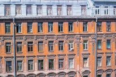 Le finestre di vecchia casa sulla via di Pushkin a St Petersburg Immagine Stock Libera da Diritti