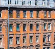 Le finestre di vecchia casa sulla via di Pushkin a St Petersburg Immagini Stock Libere da Diritti
