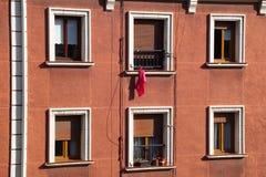Le finestre nella facciata immagini stock libere da diritti