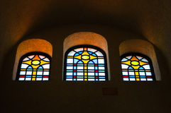 Le finestre variopinte nella chiesa Immagine Stock