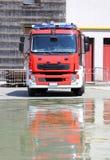 Le Firetruck dans les casernes des sapeurs-pompiers après le feu poussent une exclamation désapprobatrice Image stock