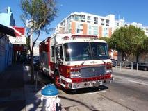 Le Firetruck rouge de SFFD s'est garé sur la 4ème rue avec le soleil se reflétant dans t Images libres de droits