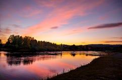 Le fjord de lumière et de terre aménagent en parc avec le ciel rose images libres de droits