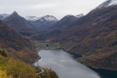 Le fjord scénique de Geiranger en automne, Norvège avec la ville de Geiranger à l'extrémité image stock