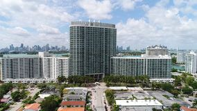 Le flamant domine Miami Beach banque de vidéos
