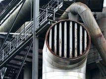 Le flange e le vecchie costruzioni del metallo nella zona industriale Fotografia Stock