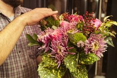 Le fleuriste corrige le bouquet créé Image stock