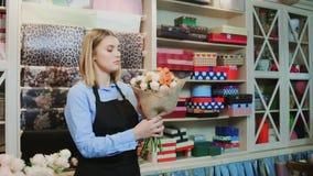 Le fleuriste de femme fait le bouquet de fleur banque de vidéos