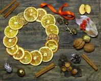 Le fleuriste de guirlande de porte du ` s de Noël et de nouvelle année travaillent le fond de calibre Image libre de droits